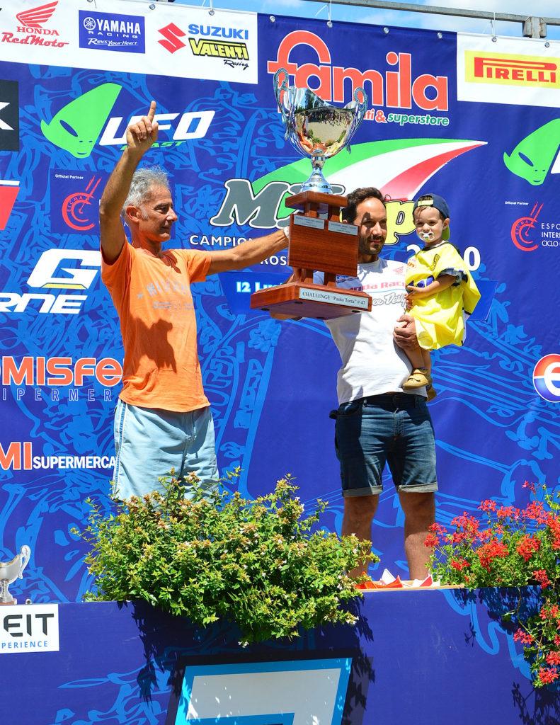 Vigini e Marescalchi col trofeo Paolo Torta (ph. Fuoristrada & motocross d'epoca)