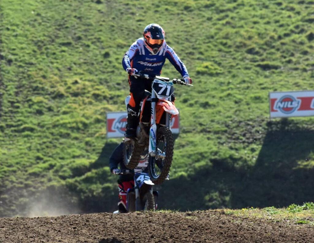 Max Giusti impegnato nel motocross