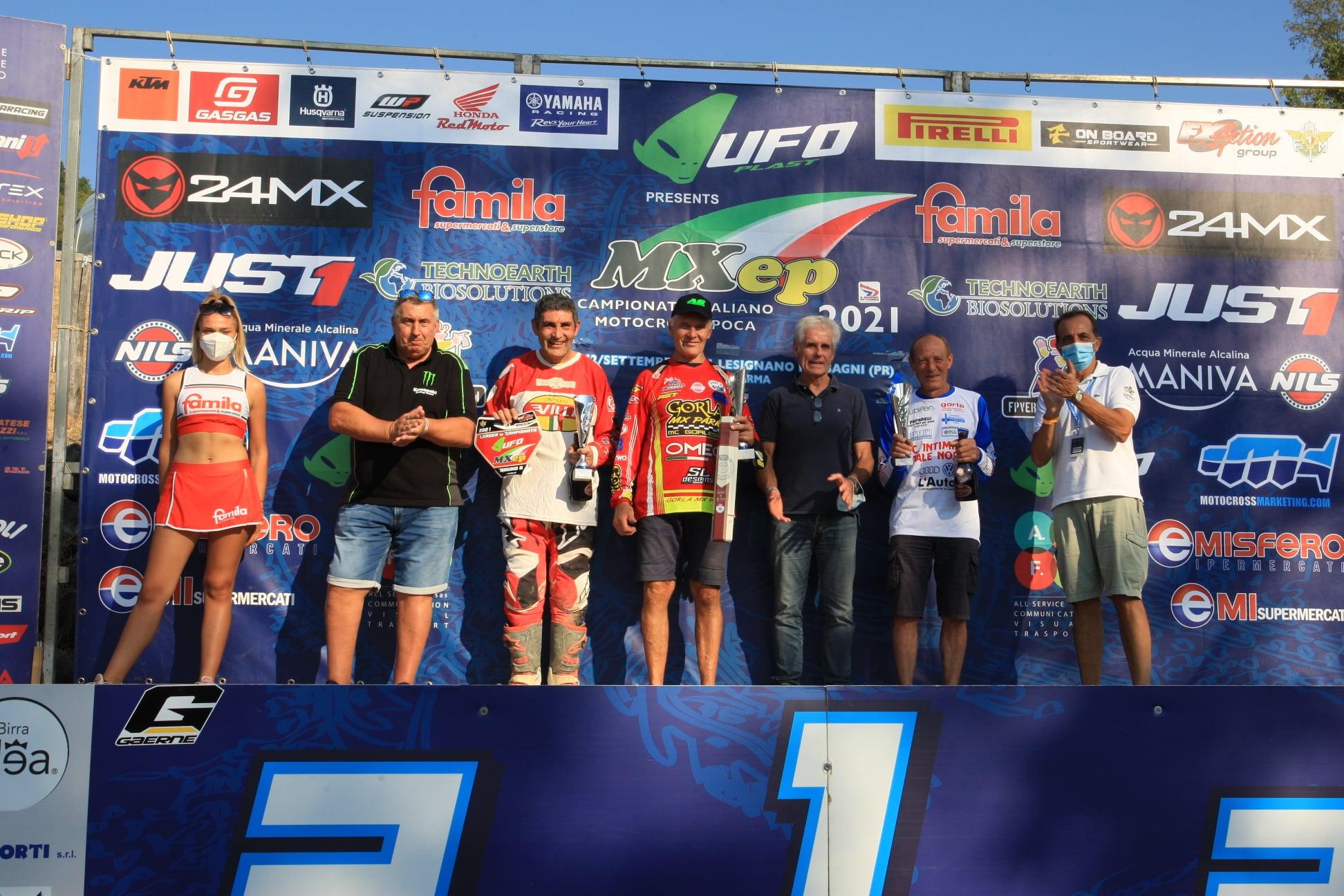 Michele Rinaldi premia i piloti della C - ph. Fuoristrada & motocross d'epoca
